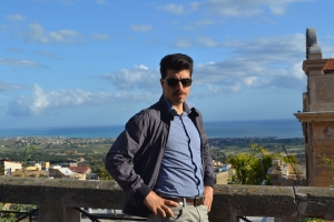 Nel centro di Agrigento, capoluogo di provincia alquanto disabitato (i giovani scappano, e la Sicilia lo testimonia drammaticamente) oltre che disgraziatamente sporcato da altrettanto rinomate colate di cemento